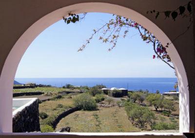 Terrassenausblick auf weitere historisch erbaute Dammusi auf der Anlage.